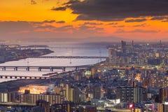 Beau coucher du soleil au-dessus de vue aérienne du centre de ville d'Osaka Image libre de droits