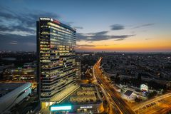 Beau coucher du soleil au-dessus des bureaux financiers de Bucarest image stock
