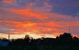 Beau coucher du soleil au-dessus des dessus de toit images stock