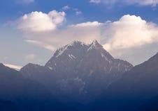 Beau coucher du soleil au-dessus des montagnes Photographie stock libre de droits