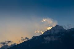 Beau coucher du soleil au-dessus des montagnes Images libres de droits