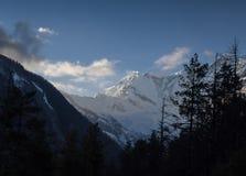 Beau coucher du soleil au-dessus des montagnes Photo stock