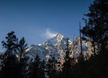 Beau coucher du soleil au-dessus des montagnes Photos libres de droits