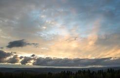 Beau coucher du soleil au-dessus des montagnes Photographie stock
