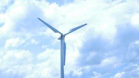 Beau coucher du soleil au-dessus des moulins à vent sur le champ Moulin à vent contre le ciel bleu avec le mouvement dans des lam Photos stock
