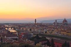 Beau coucher du soleil au-dessus du fleuve Arno à Florence Images stock