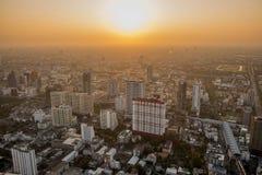 Beau coucher du soleil au-dessus du paysage urbain brumeux Images libres de droits