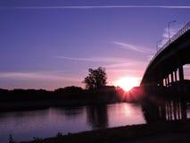 Beau coucher du soleil au-dessus du pont Image libre de droits