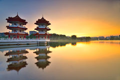Beau coucher du soleil au jardin chinois avec la pagoda jumelle à Singapour Photo stock