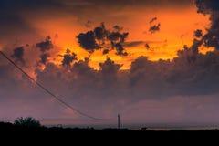 Beau coucher du soleil avec des nuages photographie stock libre de droits