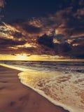 Beau coucher du soleil avec des nuages au-dessus de mer et de plage Photos stock