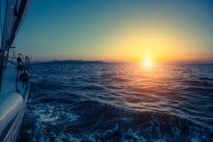 Beau coucher du soleil avec des yachts de navigation Photographie stock