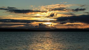 Beau coucher du soleil avec la lumière jaune et les nuages lumineux image libre de droits