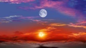 Beau coucher du soleil avec la lune Images libres de droits