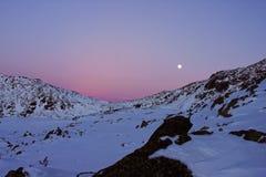 Beau coucher du soleil avec la lune se levant en montagnes de Retezat, Roumanie Photographie stock libre de droits