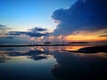 Beau coucher du soleil avec le miroir de ciel photographie stock libre de droits