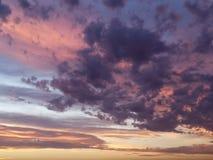 Beau coucher du soleil avec les nuages color?s photo stock