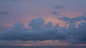 Beau coucher du soleil avec les nuages dramatiques dans le ciel Photographie stock libre de droits