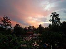 Beau coucher du soleil cambodgien avec le ciel multicolore images stock