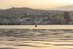 Beau coucher du soleil chaud au-dessus de port de Wellington, Nouvelle Zélande image stock
