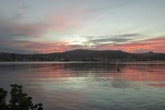 Beau coucher du soleil chaud au-dessus de port de Wellington, Nouvelle Zélande photo stock