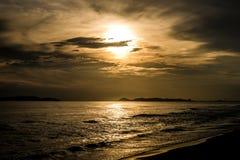 Beau coucher du soleil chez Rayong, Thaïlande Image stock
