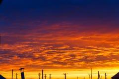 Beau coucher du soleil Ciel dramatique color? au coucher du soleil Nuages de pluie posés Fond orange bleu lumineux La texture du  image stock