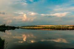Beau coucher du soleil, ciel, eau et landskape image stock