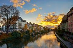 Beau coucher du soleil coloré à Strasbourg automnal, paysage urbain photos stock