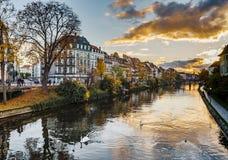 Beau coucher du soleil coloré à Strasbourg automnal, paysage urbain photos libres de droits
