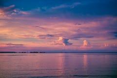 Beau coucher du soleil coloré au-dessus de rivière images stock