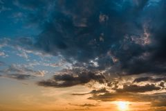 Beau coucher du soleil coloré avec des cumulus avec l'oiseau photos stock