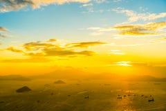 Beau coucher du soleil coloré dans l'horizon de ville de Hong Kong images stock