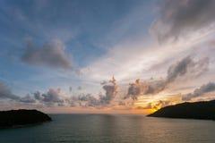 Beau coucher du soleil coloré de couleur et de lumière au-dessus de mer tropicale dans p Image stock