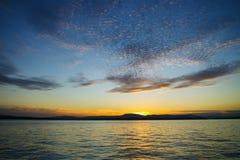 Beau coucher du soleil coloré en mer Photo libre de droits