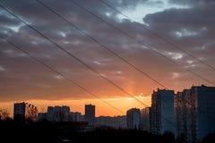 Beau coucher du soleil coloré sous la ville le soir sans tous effets photographie stock libre de droits
