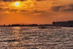 Beau coucher du soleil coloré sur la mer de Rome en Lido di Ostia Images stock