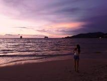 Beau coucher du soleil coloré vibrant sur l'océan images libres de droits