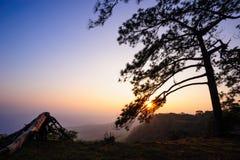 Beau coucher du soleil crépusculaire chez Phu Kra Dung Photos stock