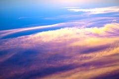 Beau coucher du soleil cramoisi Vue au-dessus des nuages Photos libres de droits
