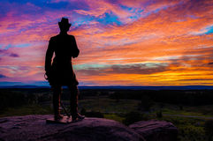 Beau coucher du soleil d'été derrière une statue sur peu de Roundtop, Gettysburg, Pennsylvanie. Image libre de droits