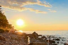 Beau coucher du soleil d'été, rivage de la grande rivière Photos libres de droits