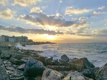 Beau coucher du soleil d'or au port de Héraklion Images stock