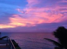 Beau coucher du soleil dans des tonalités roses et pourpres Vue d'océan du balcon Soirée au Cuba image stock