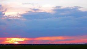 Beau coucher du soleil dans la campagne banque de vidéos