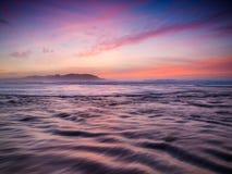Beau coucher du soleil dans la plage. Images libres de droits