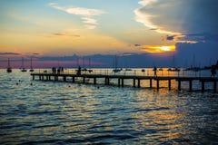 Beau coucher du soleil dans la ville d'Ankaran, Slovénie Images stock