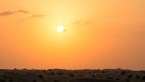 Beau coucher du soleil dans le désert de Dubaï Photos stock