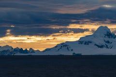 Beau coucher du soleil dans le détroit de Gerlache images libres de droits
