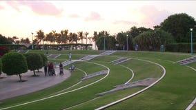 Beau coucher du soleil dans le laps de temps du parc 4k du Dubaï clips vidéos